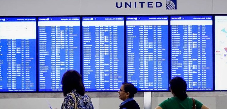Tech glitch grounds hundreds of United flights